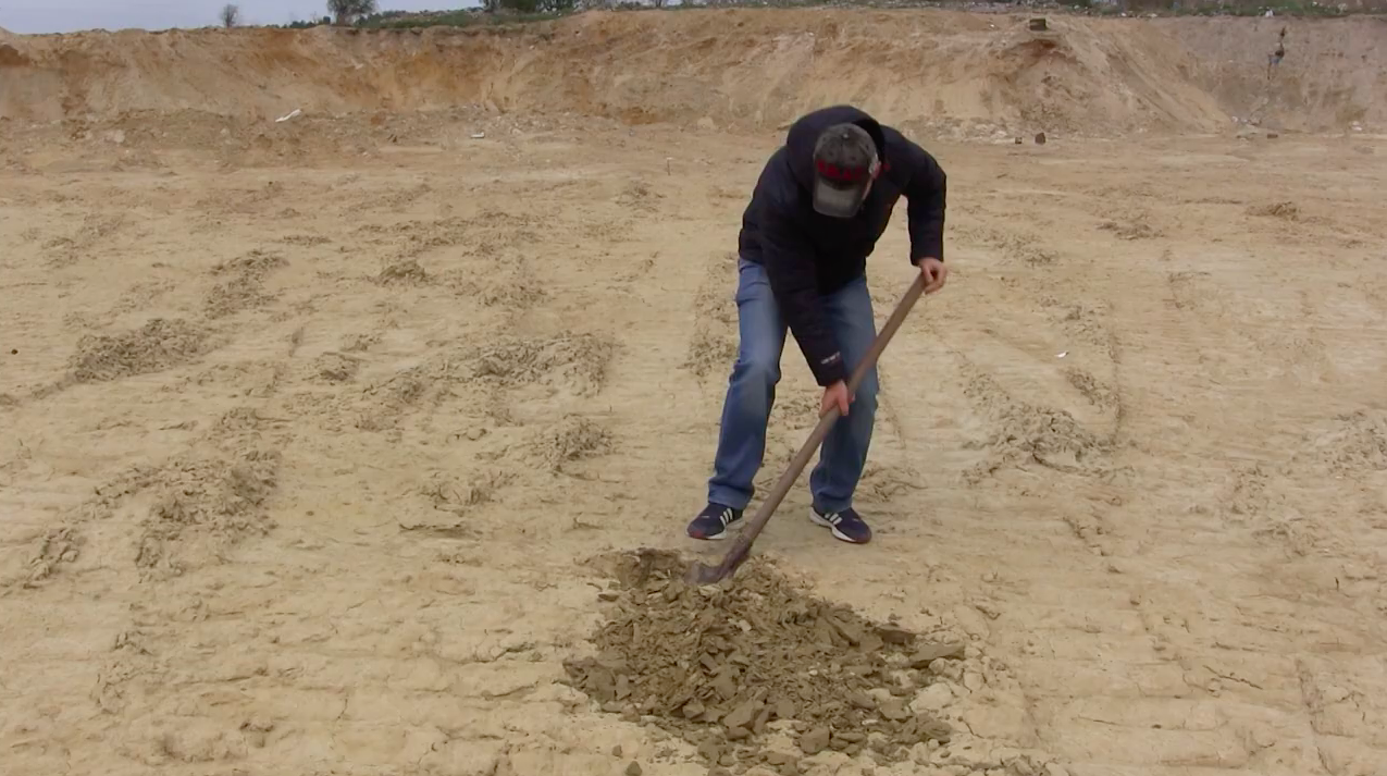 Тарас Сватко перевіряє наявність гідроізоляції в котловані