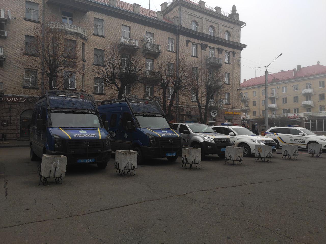Поліцейські машини в день ректорських виборів біля головного корпусу СНУ