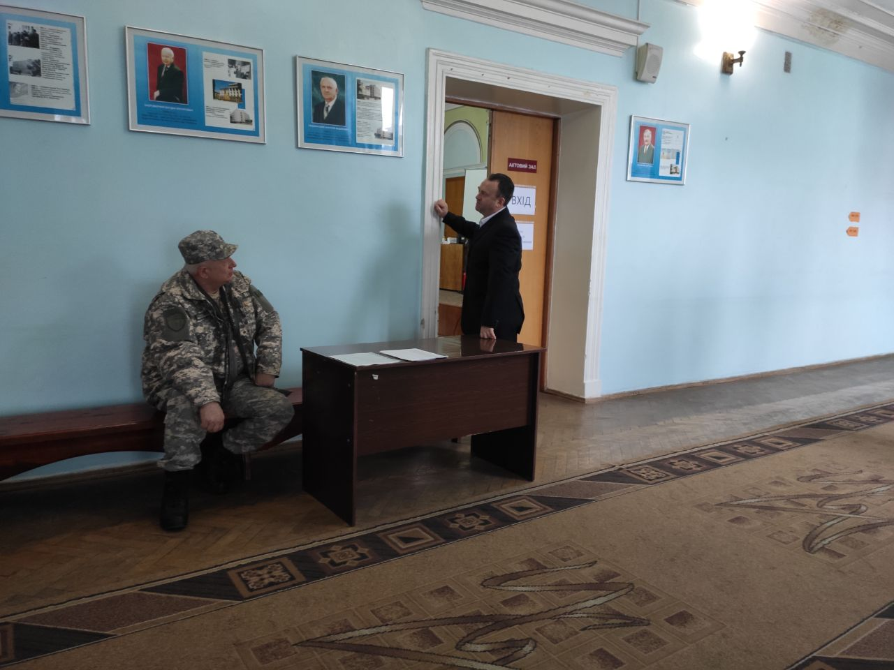 Охоронець на вході до зали, в якій відбувалось голосування