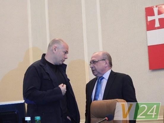 Голова Волиньради Ігор Палиця та екс-голова ОДА Володимир Гунчик під час перерви у сесійному засіданні.