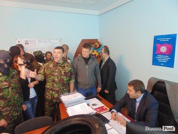 Фото 2014 року. Активісти вимагають звільнення Михайла Руденка у його кабінеті