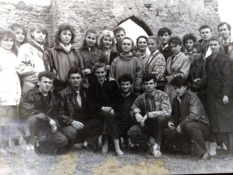 Світлина 1989 року зі студентами-першокурсниками історичного факультету Волинського державного університету. В другому ряду видніється Олександр Лазорко, в першому – Ігор Палиця.