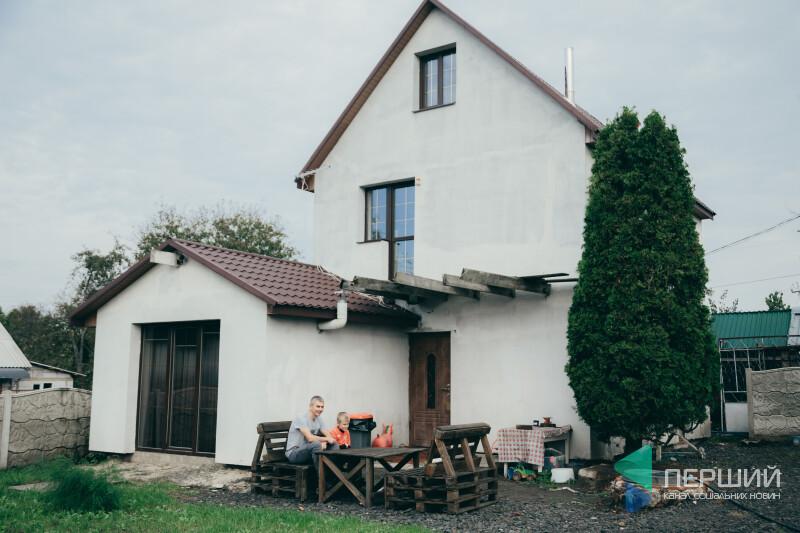Юрій Кревський біля свого будинку