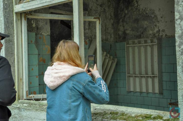 Туристи фотографують дитячий садок у Прип'яті