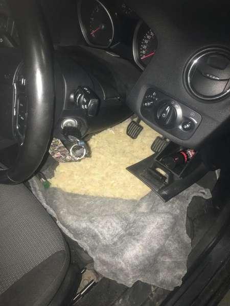 бурштин під ковроліном в авто